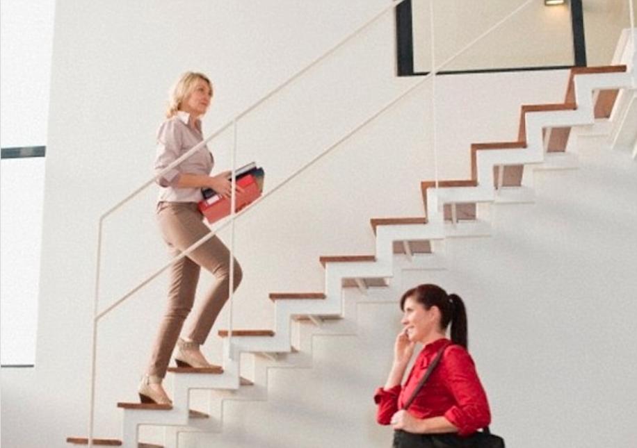 Být ve formě se vyplatí nejen při chůzi do schodů.